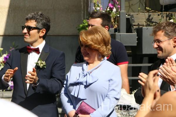 ՏԵՍԱՆՅՈՒԹ. Սոնա Շահգելդյանը երգում է, իսկ քավորկին Ռիտա Սարգսյանը ամրացնում Լևոն Արոնյանի կնոջ քողը