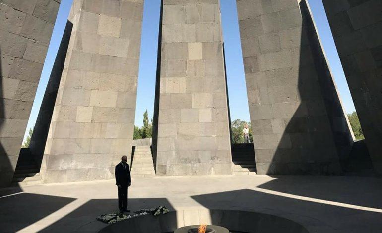 ՖՈՏՈ. Ադրբեջանցի նախարարը խոնարհվեց Հայոց ցեղասպանության հուշահամալիրում