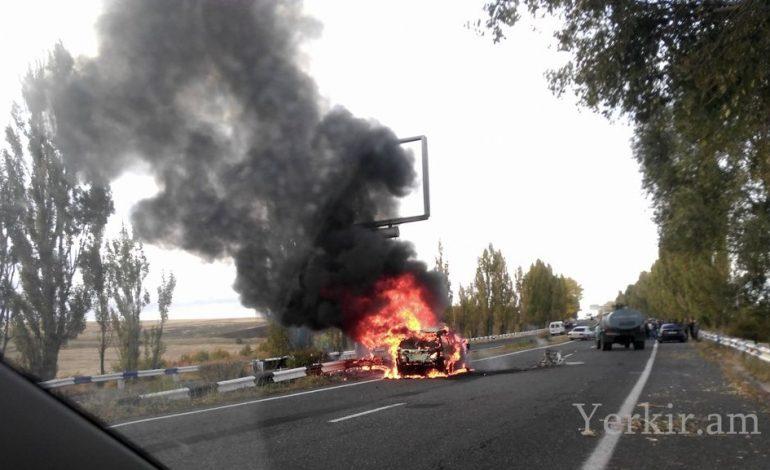 ՖՈՏՈ. Հրազդան-Երևան ավտոճանապարհին ավտոմեքենա է այրվում. կա զոհ