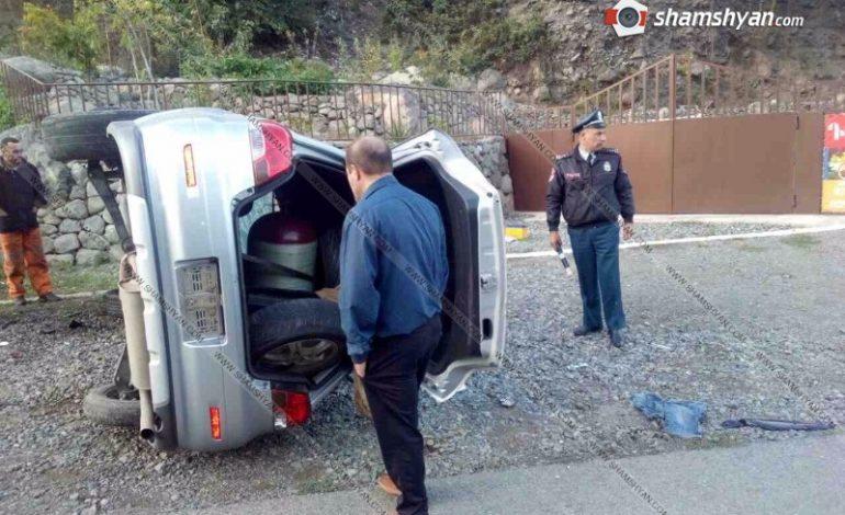 ՖՈՏՈ. Խոշոր ավտովթար Սյունիքի մարզում 22-ամյա վարորդը Mitsubishi-ով բախվել է ապառաժ քարերին և կողաշրջվել. կա 4 վիրավոր