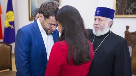 Կաթողիկոսը օրհնել է Լևոնին և Արիանային