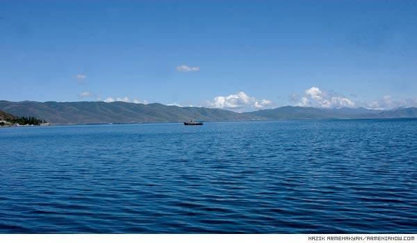 Ջրափրկարարները Սևանա լճում օգնության են հասել ռետինե նավակ քշող 2 քաղաքացու