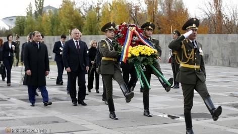 Մոլդովայի նախագահը հարգանքի տուրք է մատուցել ցեղասպանության զոհերի հիշատակին