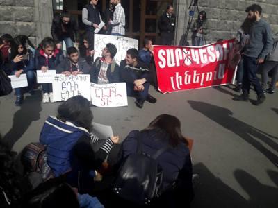 Դասադուլին մասնակից ուսանողները նստացույց են հայտարարել