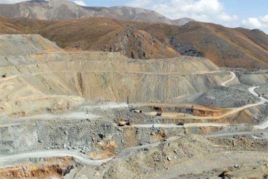 Սոթքի հանքի աշխատակիցները փակել են հանքավայր տանող ճանապարհը. 4 ամիս շարունակ աշխատավարձ չեն ստացել