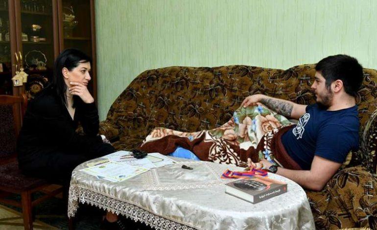 ՖՈՏՈ. Աննա Հակոբյանը Գյումրիում այցելել է պատերազմում վիրավորում ստացած ժամկետային զինծառայողին