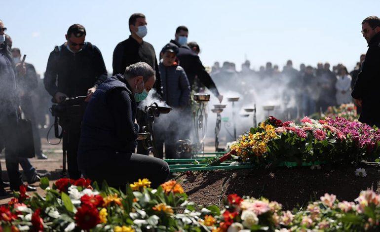 ՖՈՏՈ. Մյասնիկյան համայնքում բնակիչների հետ հանդիպումից առաջ Փաշինյանը հարգանքի տուրք մատուցեց զոհվածների հիշատակին