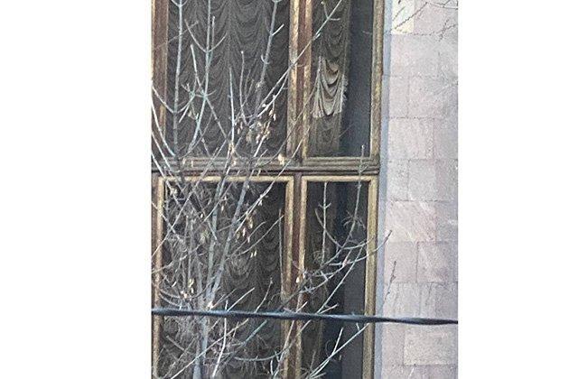 Անհետ կորած զինծառայողի հարազատը քարով կոտրել է կառավարության շենքի պատուհանը․ mediaport
