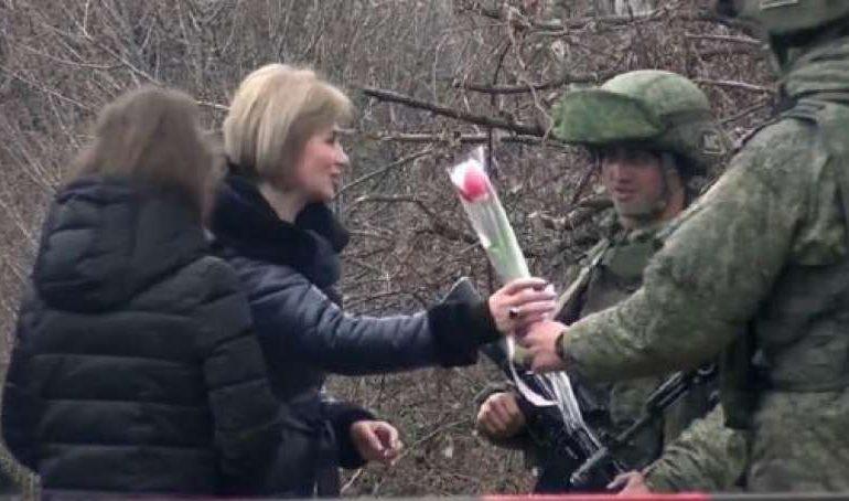 Ռուս զինծառայողները ծաղիկներ են նվիրել Լաչինի միջանցքով անցնող Արցախի բնակչներին