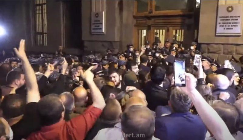 ՀՐԱՏԱՊ. Բախում ոստիկանների ու ցուցարարների միջև