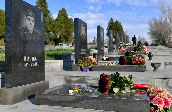 Նիկոլ Փաշինյանն այսօր Եռաբլուր չի գնալու. Նրա անունից ծաղիկներ են դրվել Ապրիլյանի հերոսների շիրիմներին