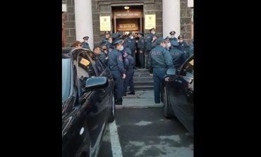 ՀՐԱՏԱՊ ՏԵՍԱՆՅՈՒԹ. ՖՈՏՈ. Ինչպես են ոստիկանները փորձում Շիրակի մարզպետարանից ուժով դուրս բերել գերիների հարազատներին
