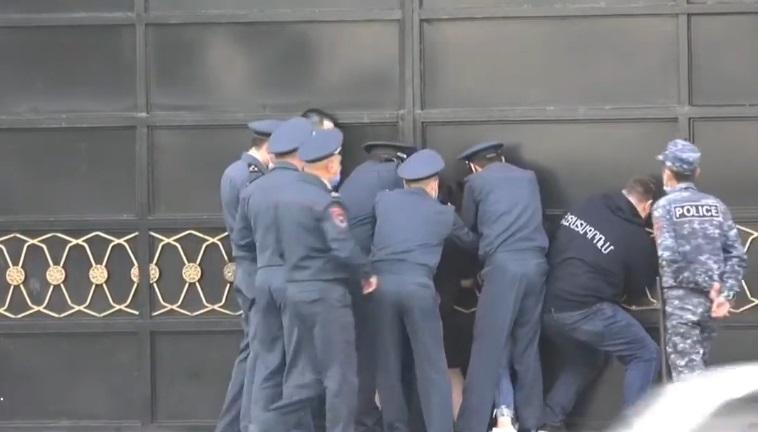 ՏԵՍԱՆՅՈՒԹ. Երիտասարդներն իրենց շղթայել են կառավարության շենքի դարպասներից