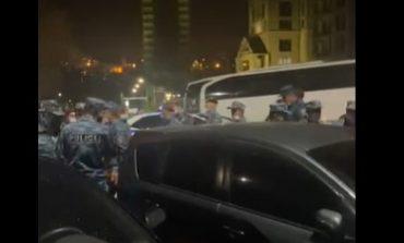 Ոստիկանական մեծ ուժեր են կուտակվում կառավարական առանձնատան մոտ
