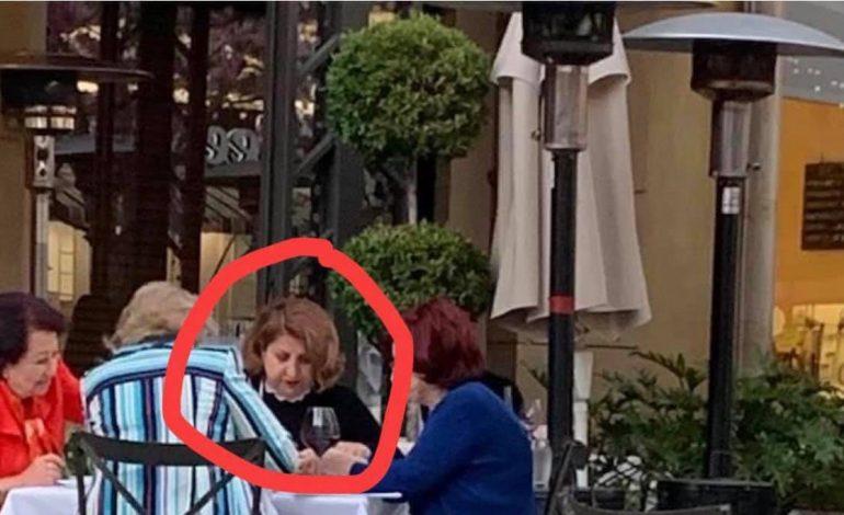 ՖՈՏՈ. Համացանցում տարածվում է մի լուսանկար` Գլենդելի սրճարաններից մեկում նստած են 4 կին, իսկ նրանցից մեկին «նմանեցնում» են տիկին Ռիտային