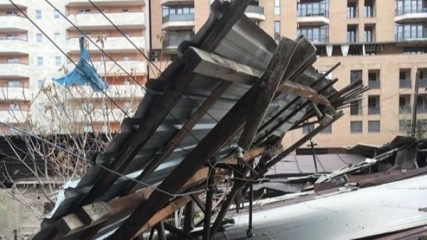 Երևանում քամու հետևանքով վնասվել են շենքի թիթեղներ, ծառեր, գովազդային վահանակներ