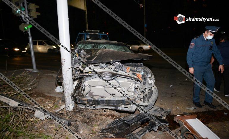 Երևանում 36-ամյա վարորդը Toyota-ով վրաերթի է ենթարկել 2 հետիոտնի, կոտրել «սվետաֆորը», ծաղկի սրահի պարագաներն ու բախվել էլեկտրասյանը.