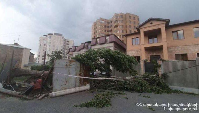 Ուժեղ քամու հետևանքով վնասվել են տանիքների կառուցատարրեր, ծառի ճյուղեր, էլեկտրական լարեր