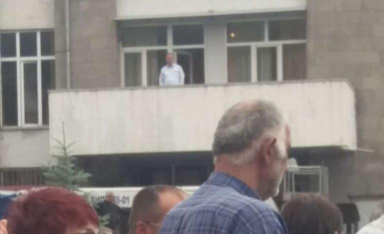 Ինչպես է իմքայլական Արմեն Խաչատրյանը մարզպետարանի պատշգամբից հետևում Քոչարյանի ելույթին