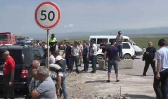 Շիրակի բնակիչները փակել են Երևան-Գյումրի ճանապարհը. երկու ամիս է ոռոգում չեն կատարել
