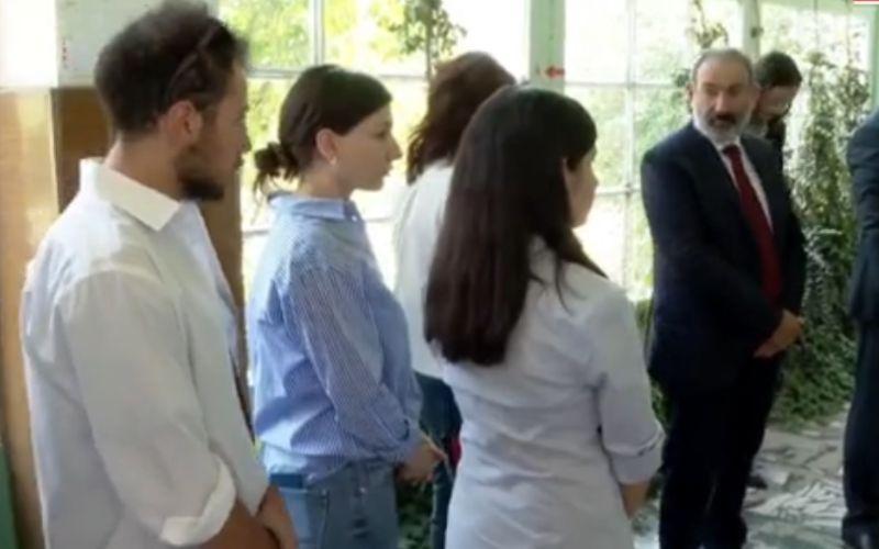 ՏԵՍԱՆՅՈՒԹ. Նիկոլ Փաշինյանը ընտանիքի անդամների հետ ընտրատեղամասում է