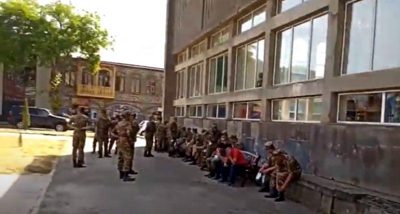 ՏԵՍԱՆՅՈՒԹ. Ինչպես են Գորիսում 34/3 ընտրատեղամասում զինվորականներին ուղղորդում և հրահանգավորում քվեարկել Նիկոլ Փաշինյանի օգտին. mediaport