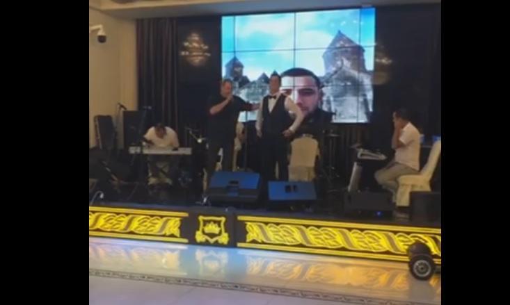ՏԵՍԱՆՅՈՒԹ. Ապրիլյանի հերոս Շուլիի հարսանիքին երգել է նաև 44-օրյա պատերազմի հերոս Վարդանի հայրը՝ Դավիթ Ամալյանը