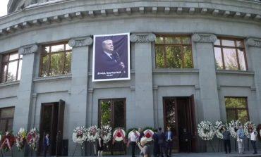 Проходит церемония прощания с Дживаном Гаспаряном