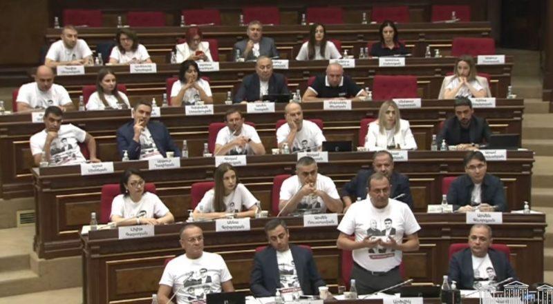 ՏԵՍԱՆՅՈՒԹ. Էստեղ միտինգի տեղ չէ, սա խորհրդարան է, ամբողջ աշխարհը մեզ է նայում. ԱԺ նիստը նախագահողը՝«Հայաստանին»