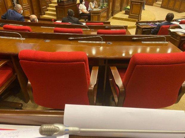 ԱԺ նիստերի դահլիճից հավաքել են շշերը, բաժակները, ալկոգելերը