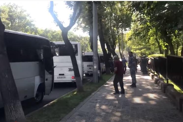 ՏԵՍԱՆՅՈՒԹ. Ոստիկանությունն ավտոբուսներով ուժեր է կենտրոնացրել Ազգային ժողովի մոտակայքում