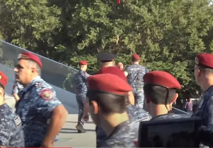 ՏԵՍԱՆՅՈՒԹ. «Եռաբլուրում» կարմիրբերետավորները բերման ենթարկեցին զոհված զինծառայողի հարազատին