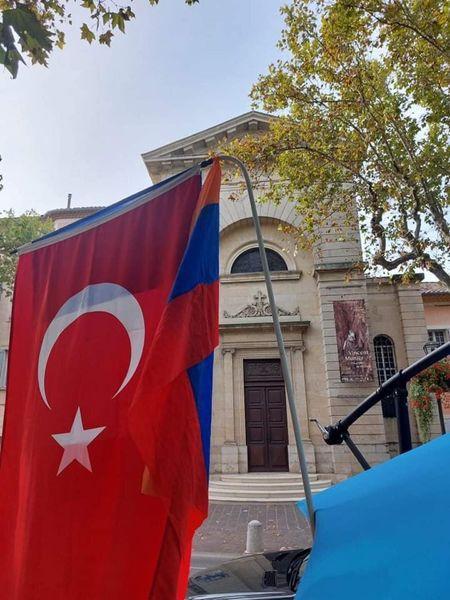 ՖՈՏՈ․ Ֆրանսիայում թուրքական   օբյեկտի վրա ծածանվող թուրքական դրոշը մեր հայրենակիցը փոխարինեց հայ-ֆրանսիական դրոշներով
