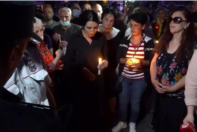 ՏԵՍԱՆՅՈՒԹ. Սա զոհերի համար մոմ վառելու տեղ չի. ոստիկաններն արգելեցին կառավարության մոտ մոմավառություն անցկացնել
