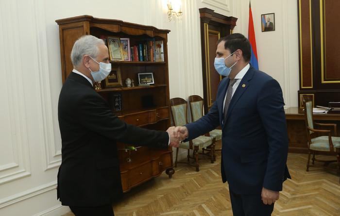 Вице-премьер Армении представил послу Ирана процесс строительства альтернативных дорог