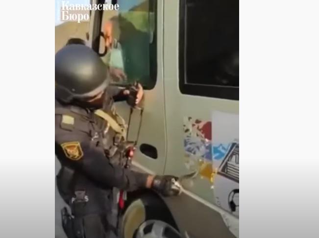 ВИДЕО: Азербайджанские военные остановили и провели досмотр микроавтобуса, перевозящего карабахских детей