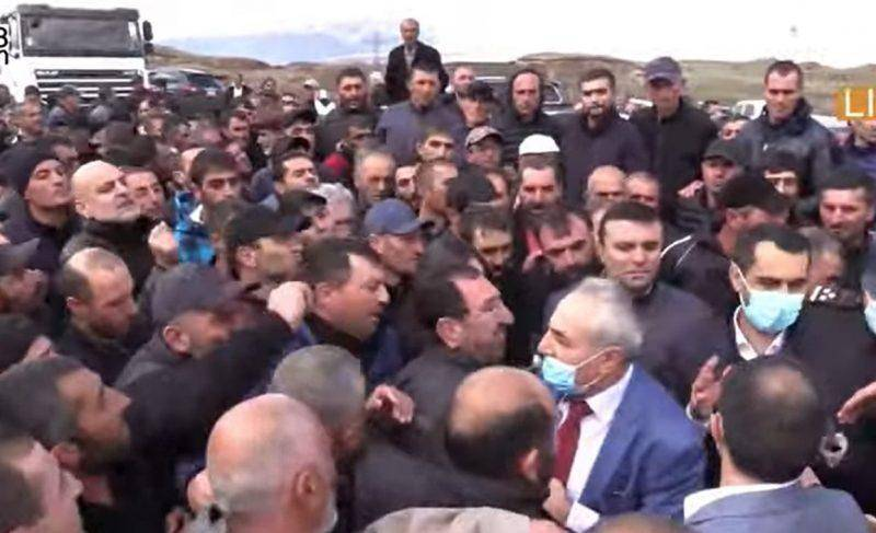 ՏԵՍԱՆՅՈՒԹ․ Գեղարքունիքի մարզի բնակիչները փակել են Երևան-Սևան մայրուղին