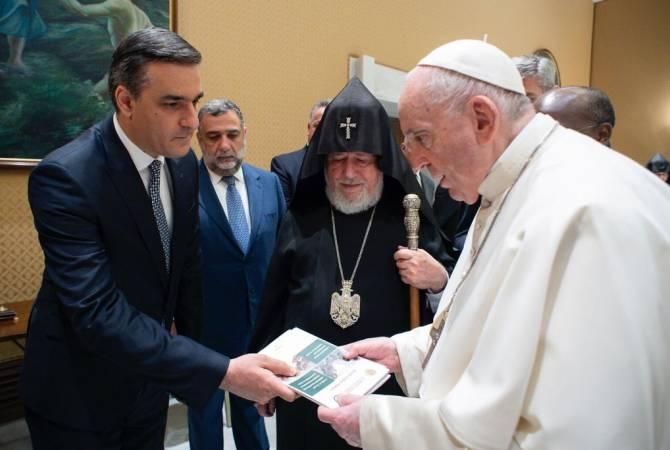 Омбудсмен Армении передал Папе Франциску отчеты о пытках армянских пленных в Баку