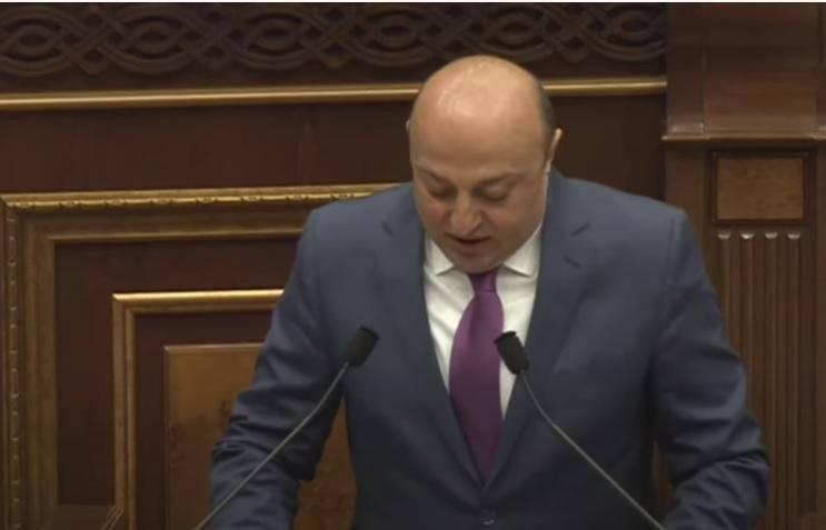 Арестованный армянский депутат пришел после освобождения в парламент и принес присягу