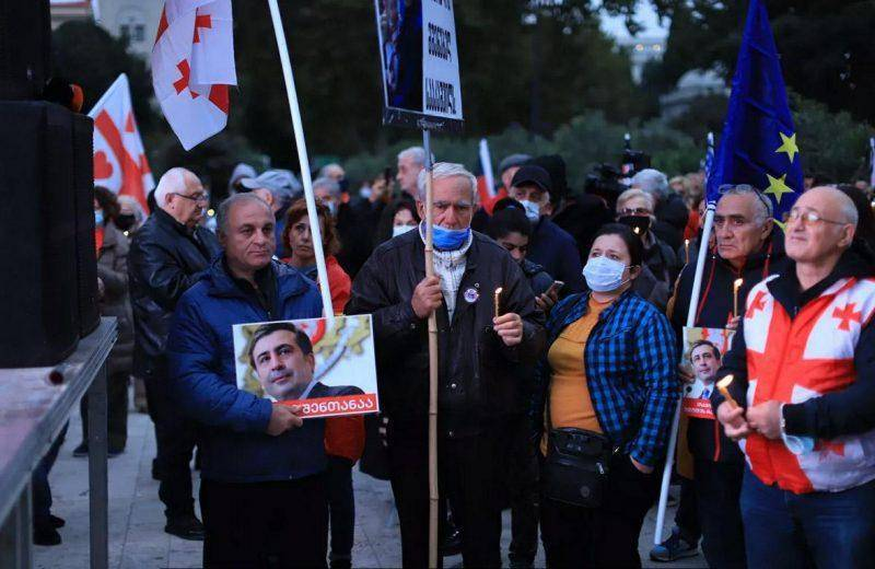 ВИДЕО: Сторонники Саакашвили провели акцию у парламента Грузии